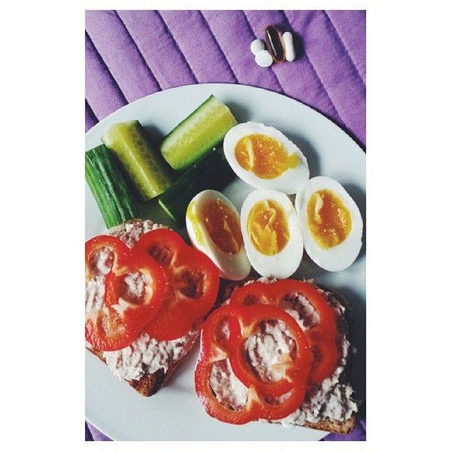 En frokost, der går lige i mullerne  Fuldkornstoast med tun, der er rørt med hytteost og skyr. Et par æg og lidt grønt, og on the side: multivitamin, D-vitamin og fiskeolie  #lunch #wholegrain #bread #tuna #cottagecheese #skyr #bellpepper #cucumber #egg #multivitamin #dvitamin #omega3 #musclefood #fitfood #healthy #food #eatclean #eatcleandielean #danishaesthetics #offseason #bulking #gains #proteinfood #protein #gårligeiguns #fitfam #fitfamdk #nutrion #muscleandhealth #Padgram