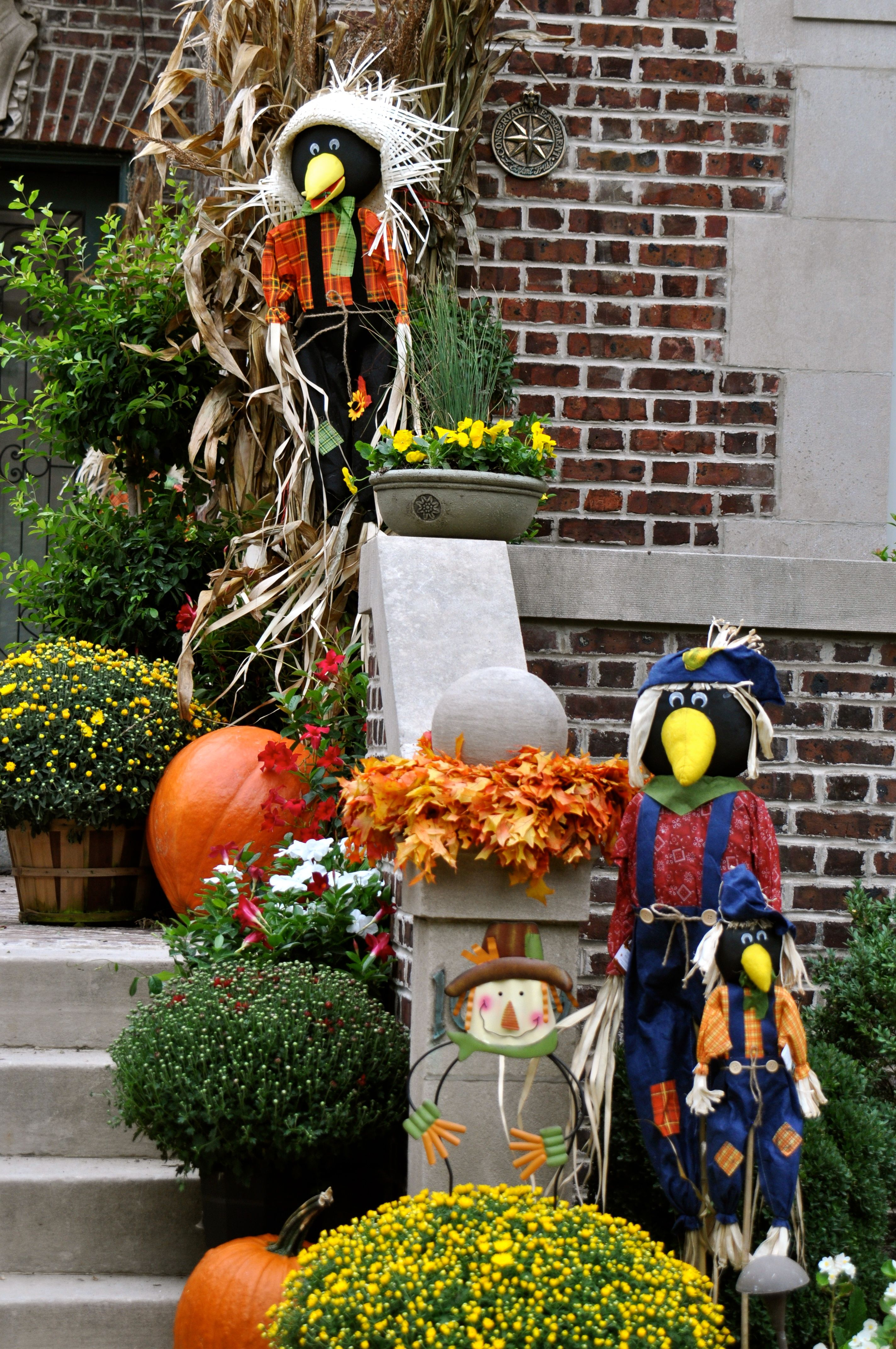 Fall yard decor fall decor outdoors pinterest for Pictures of fall decorations for the yard