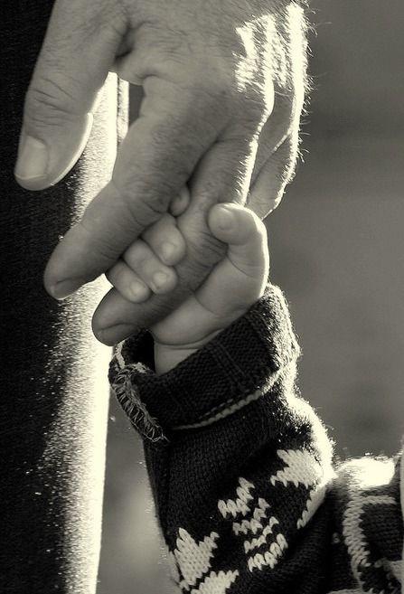Ho imparato che quando un bimbo stringe nel pugno la mano del padre, non la lascia più