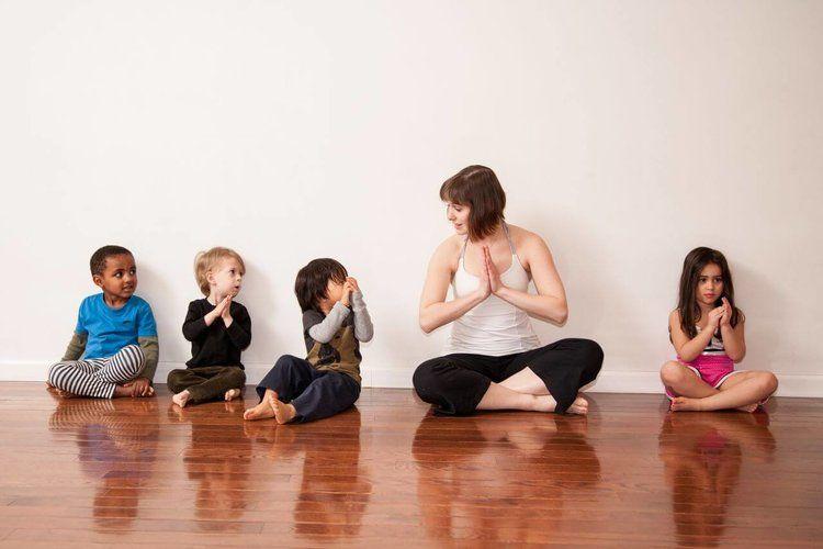 Practicar Yoga Con Niños Los Primeros Consejos Y Nociones De Ramiro Calle Letras Kairós Posturas De Yoga Para Niños Chico Yoga Yoga