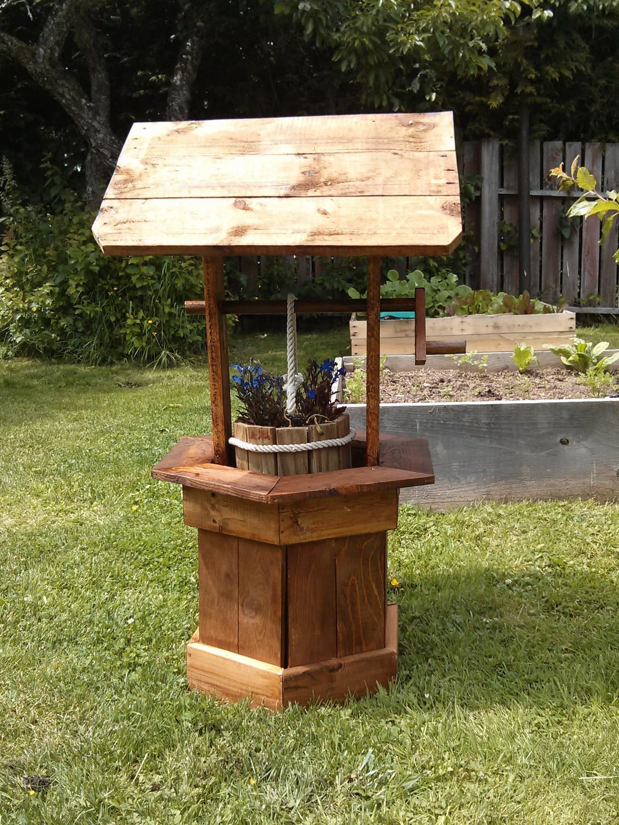 Wishing well out of pallet wood pallet ideas for Outdoor wood projects ideas