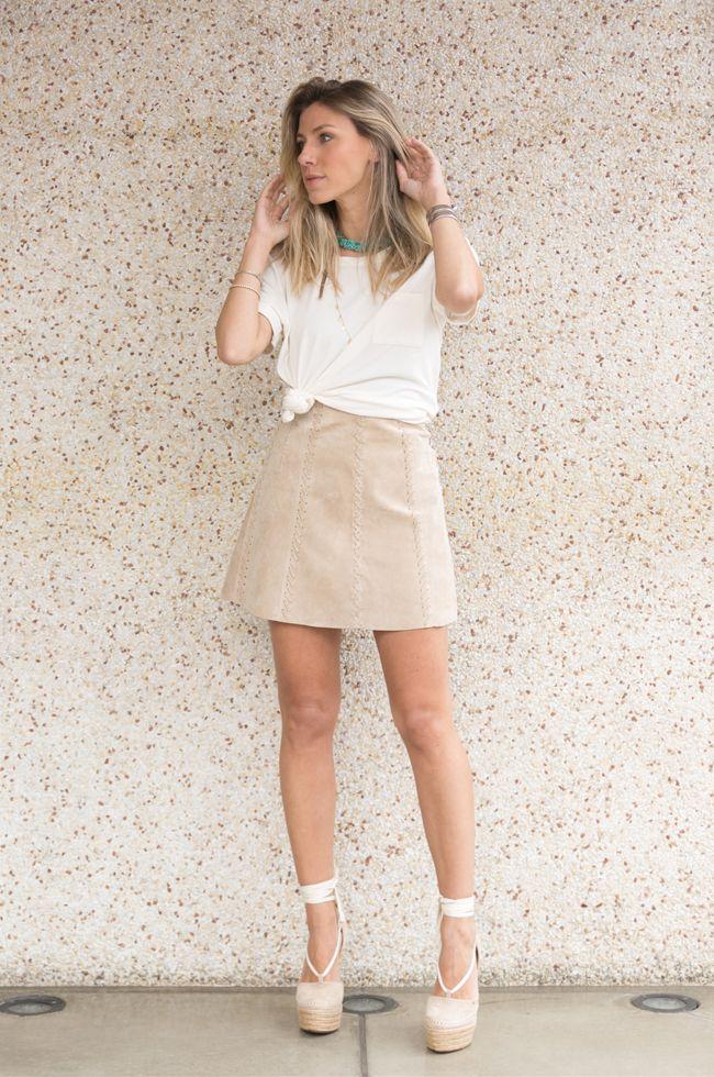 Confiram um look com saia chamois e t-shirt branca com nozinho. Uma  produção simples 84a8400790553