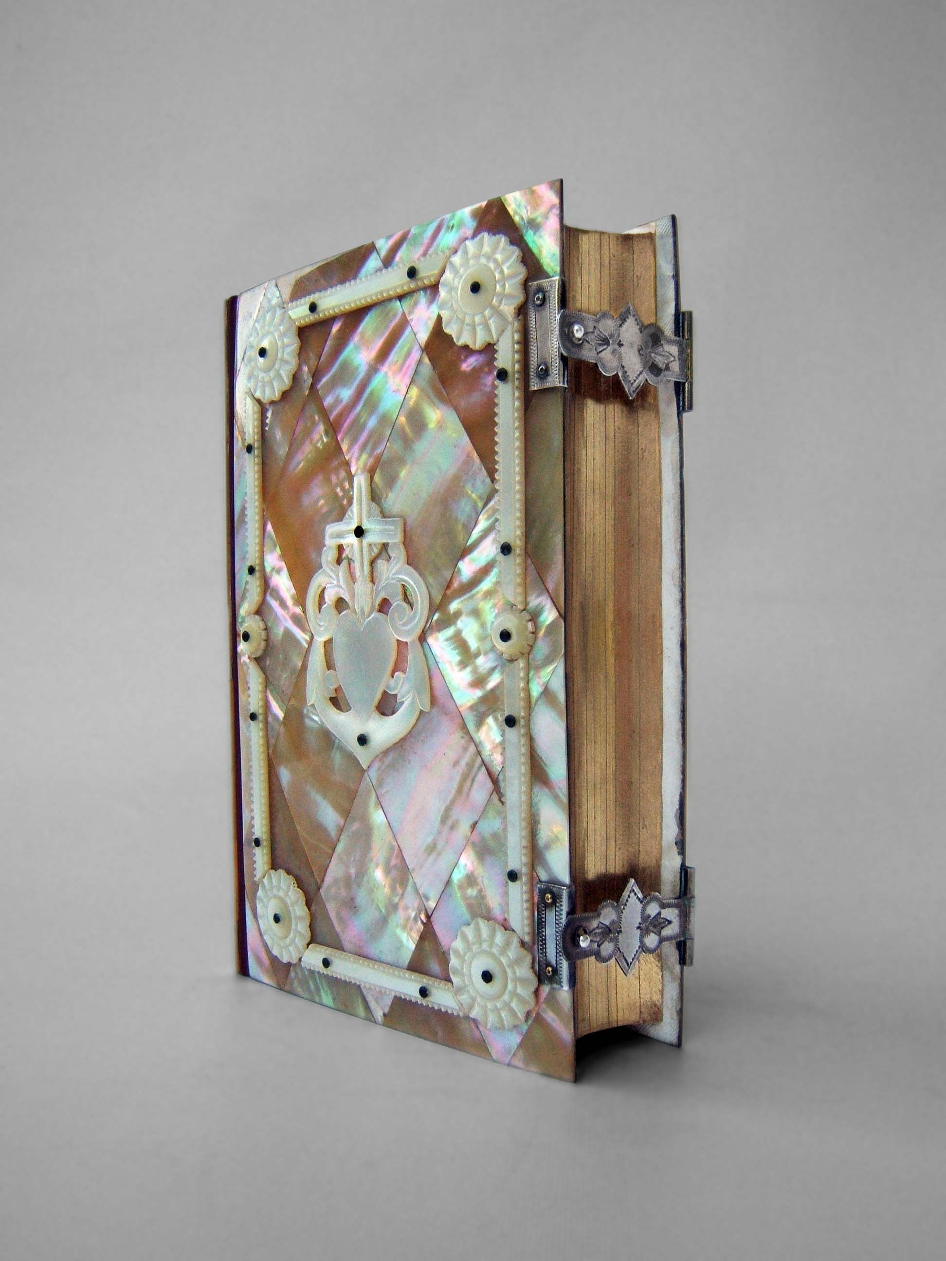 Mother-of-pearl book-cover with silver clasps - Anno 1875