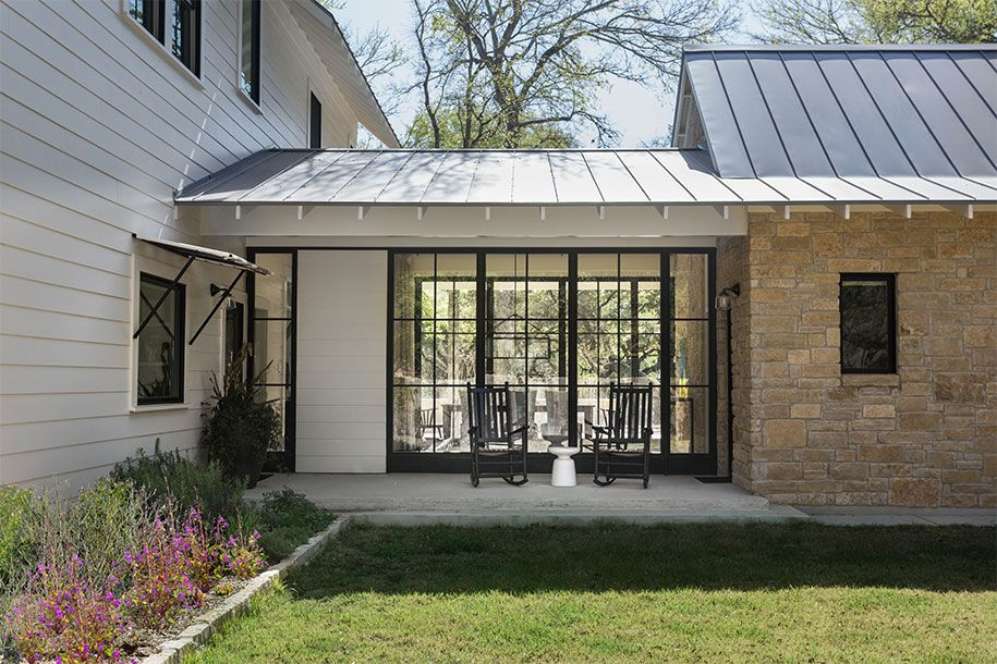 Glass Dog Run Separates Main House From Mud Room Garage Modern Farmhouse Exterior Farmhouse Exterior Exterior Design