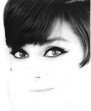 La actriz Audrey Hepburn fotografiado por William Klein en París (Francia), en noviembre de 1965.  -El peinado de Audrey fue creado por Alexandre de París y hecho por Grazia de Rossi, y su maquillaje por Alberto de Rossi.