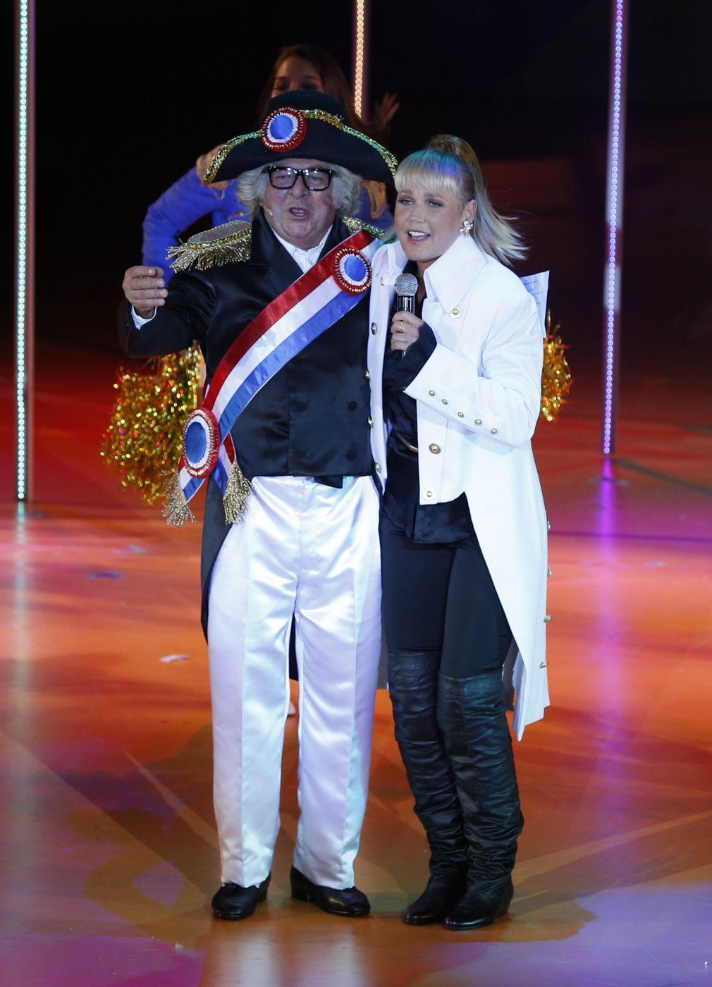 Xuxa se apresenta em sessão de 'Chacrinha, o Musical' sem bota ortopédica