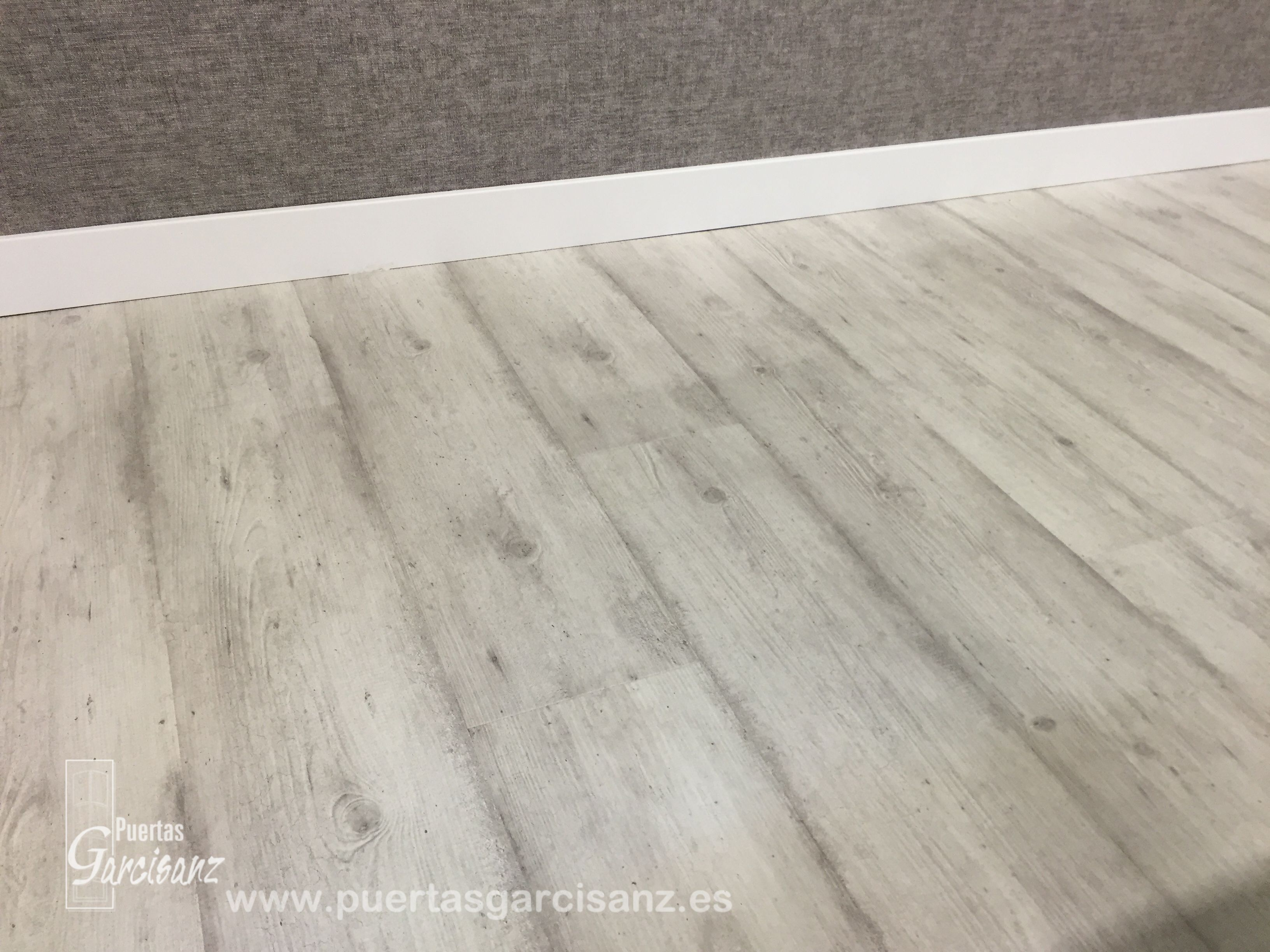Suelo laminado quick step impressive ref im 1861 cemento for Suelos laminados claros