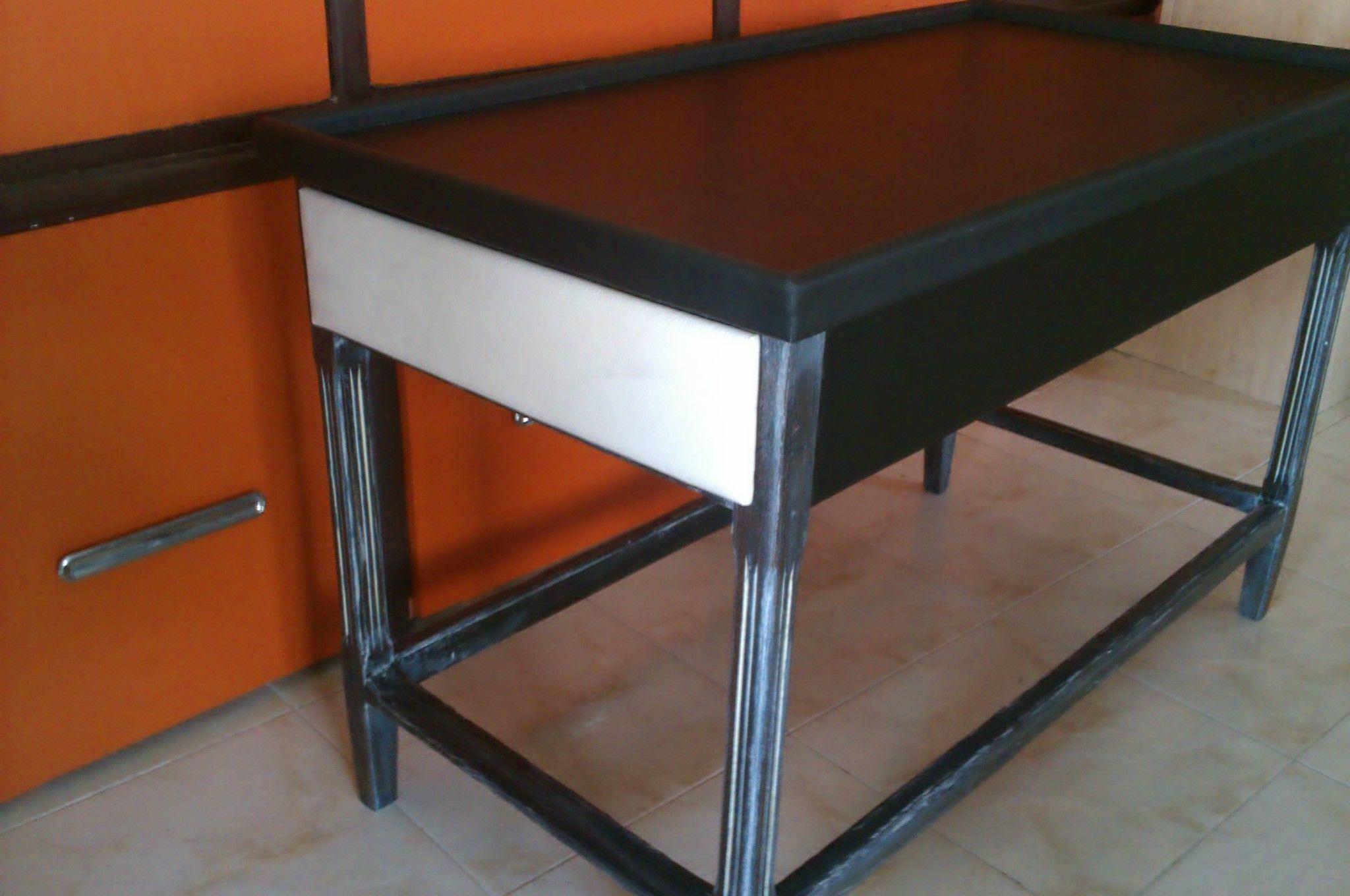 mesa estilo francés, acabado ébano con pátina marfil y piel negra en sobre y laterales,cajones sen piel blanca