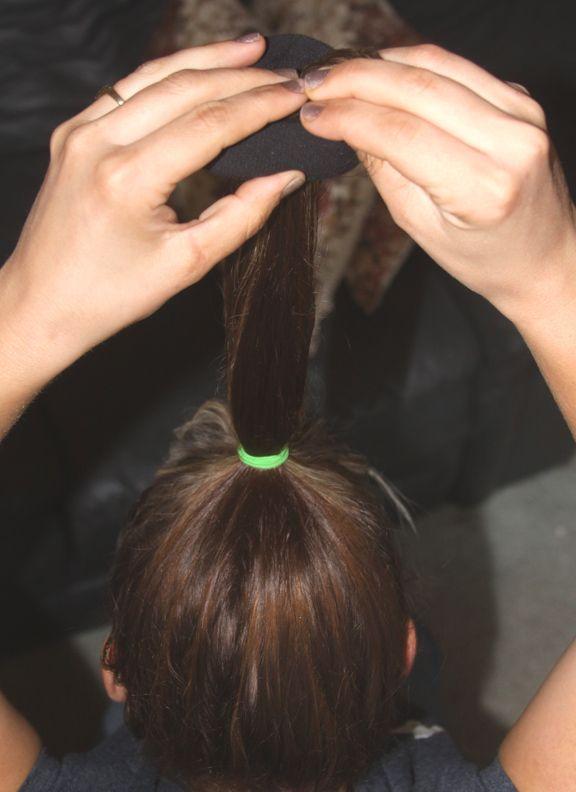 Come usare un calzino per far sembrare i capelli ricci naturali M-3898