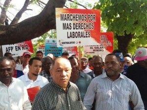 Trabajadores piden se apruebe aumento salarial y se garantice la libertad sindical