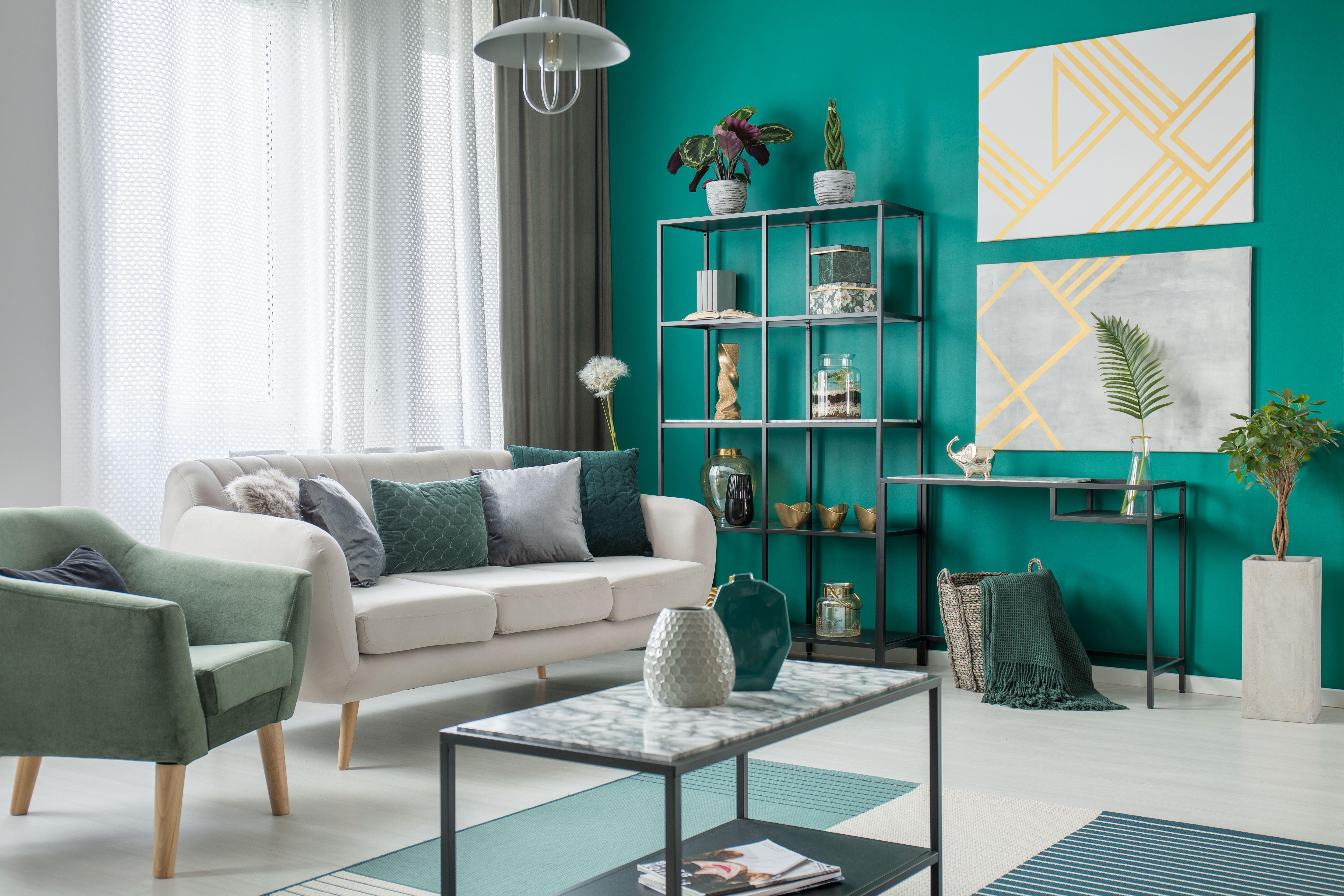 Design Woonkamer Accessoires : Woonkamer met blauwgroene accentmuur en accessoires in dezelfde