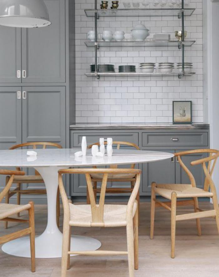 cuisine blanche et bois table tulipe ovale et chaises en bois et osier