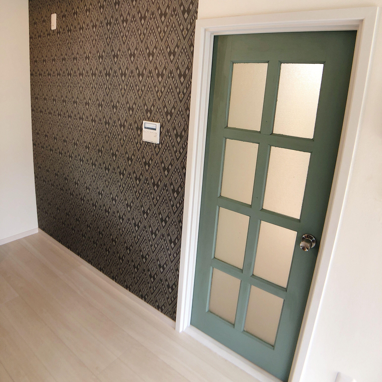 元々ついていたドアを塗装するだけでお部屋のアクセントに