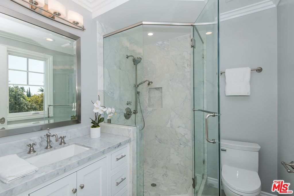 90260 Located Burin Ave Lawndale Ca 90260 Zillow Vintage Style Bathroom Bathroom Design Zillow