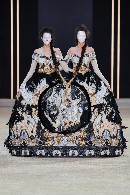 Sfilata Guo Pei Parigi – Alta Moda Autunno-Inverno 2019-20 – Vogue