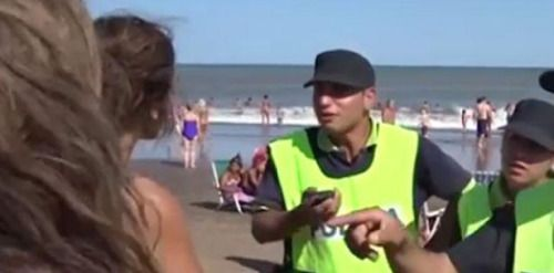 No es delito tomar sol con los senos descubiertos en Argentina...