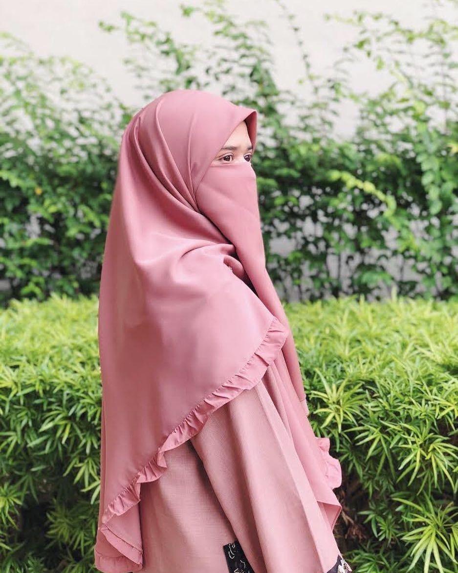 Gambar mungkin berisi 2 orang Wanita, Jilbab muslim