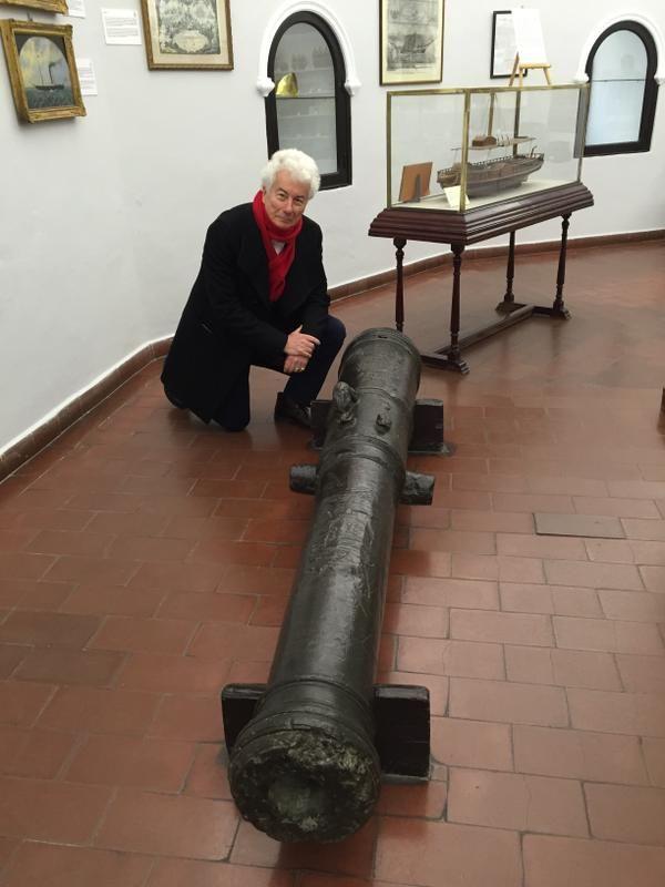 Ken Follett continúa con su viaje de investigación por Sevilla. Hoy nos envía esta foto desde el Museo Naval.