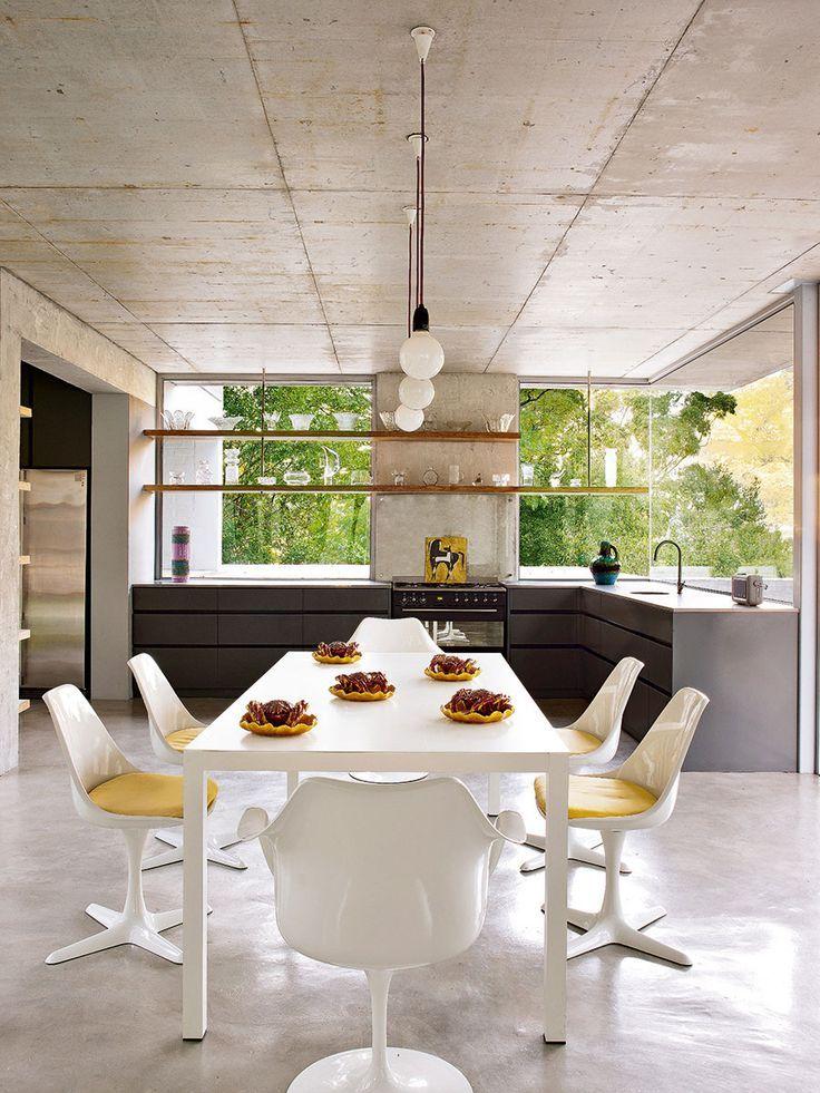 Cozinha com concreto, móveis grafite e mesa branca   Industrial ...