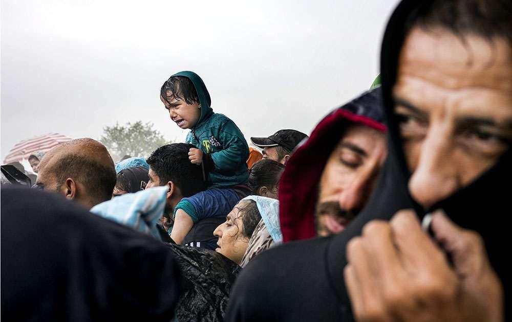 Tusentals flyktingar trotsade vädret och den grekiska armén och tog sig över gränsen till Makedonien under torsdagen.
