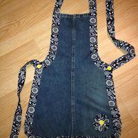 Delantal de cocina hecho de un viejo jean... de la pierna. -- Recycled denim apron