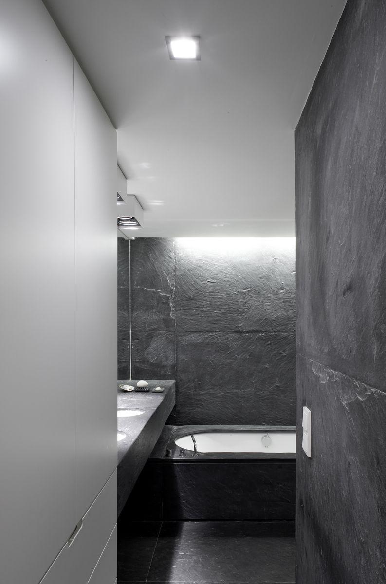 De zwarte leisteen zorgt in de badkamer voor intimiteit, foto Toon ...