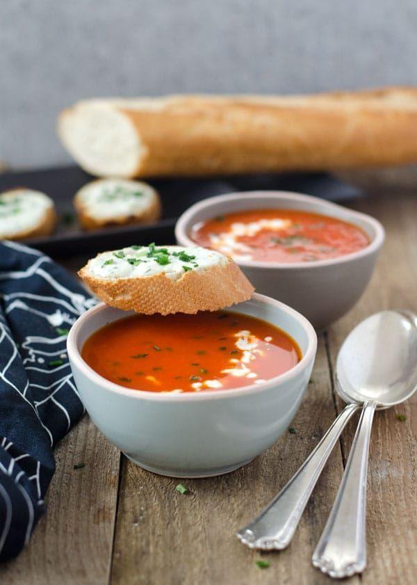 Kalorienarme Paprika-Orangensuppe mit Schafskäsecrostini. Wenig Aufwand, toller Geschmack. Super vorzubereiten.  #rezept #suppe #kalorienarm #paprikasuppe #einfach #gesund #schnell #abnehmen