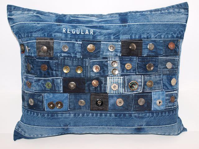 Dekoration Jeanskissen Button love, upcycling, 40 cm x