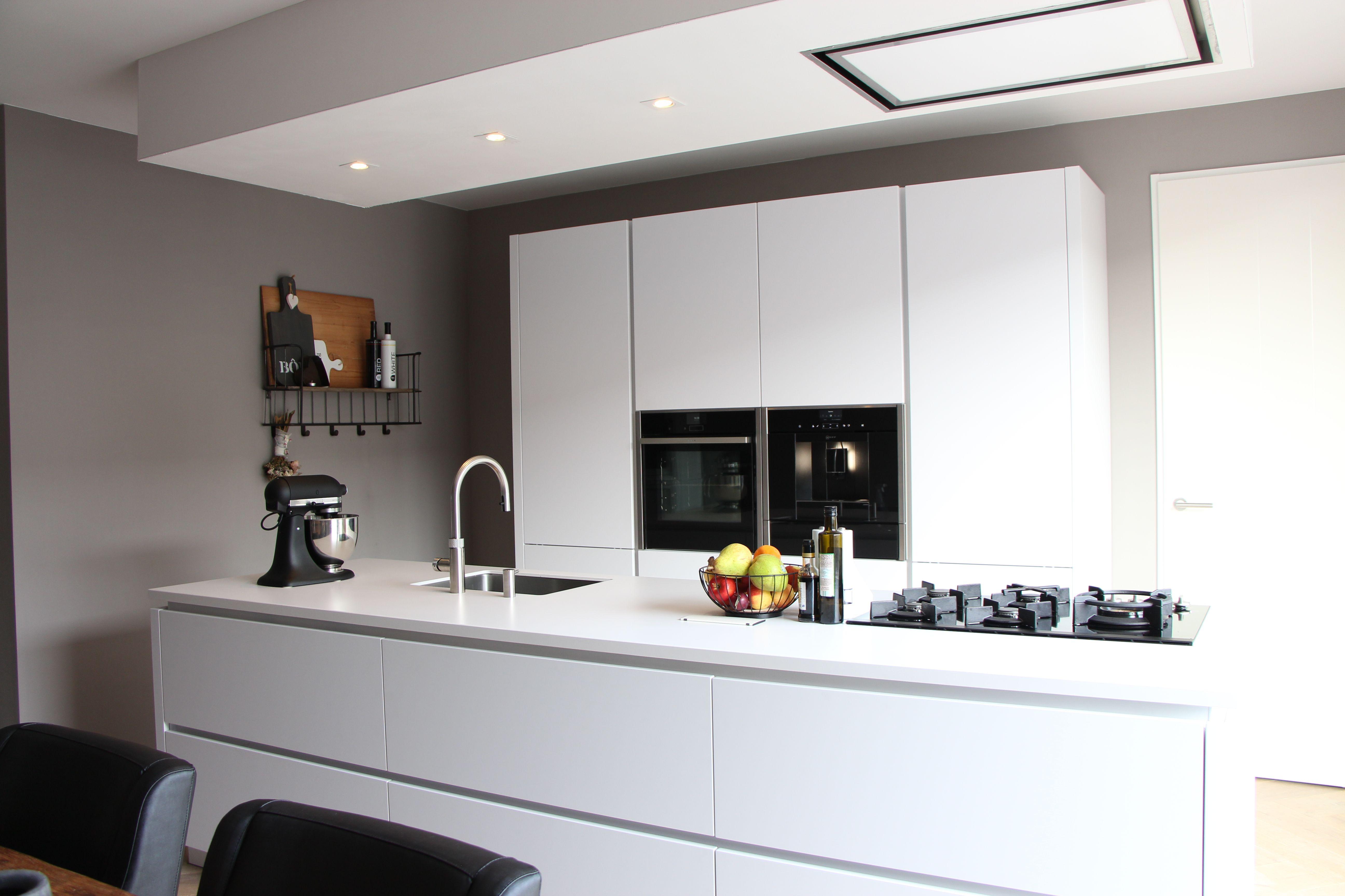 Greeploze Witte Keuken : Een greeploze keuken met hoogglans witte fronten en composiet