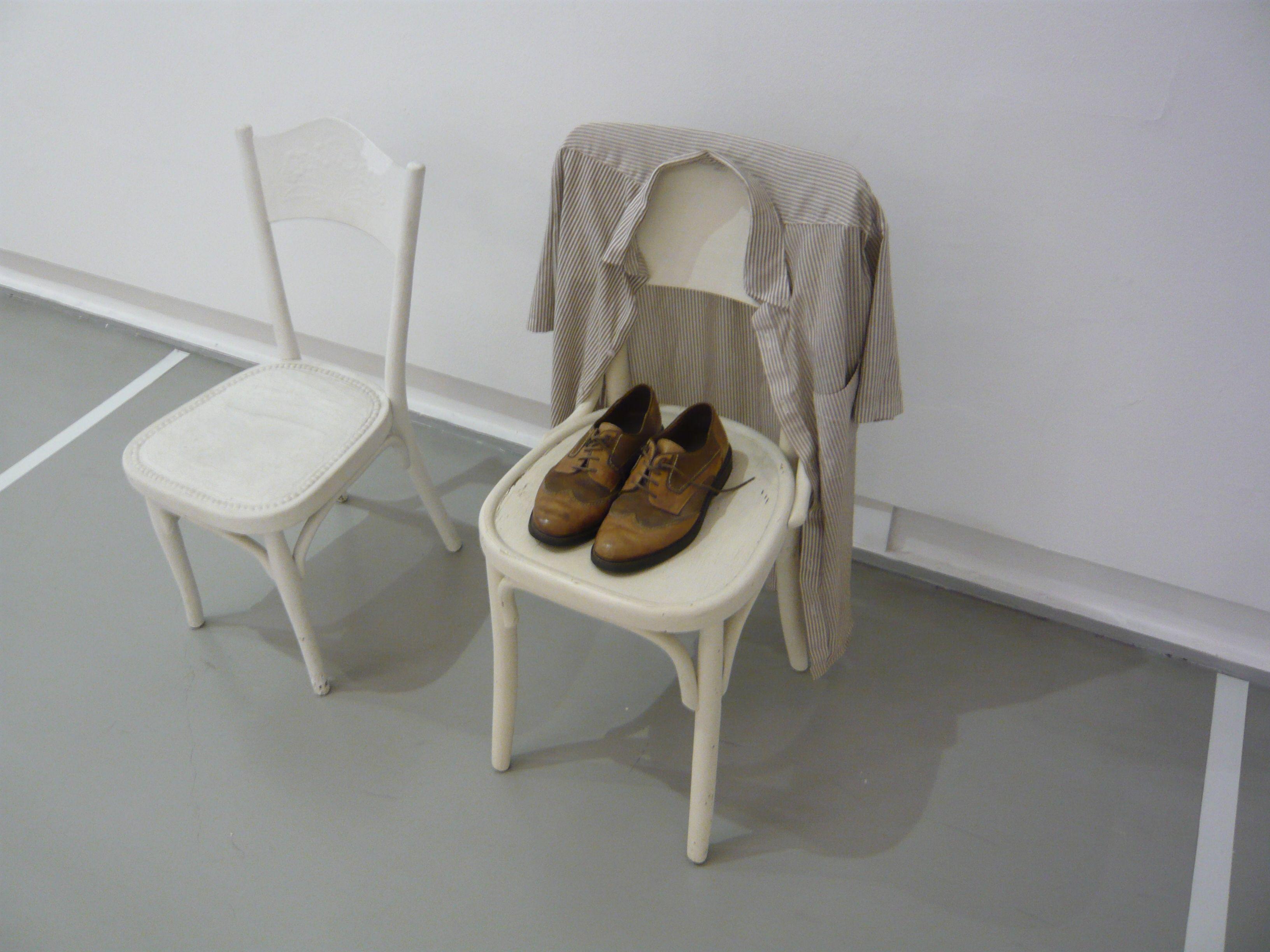Georges Brecht - 2 chaises, chaussures et chemises