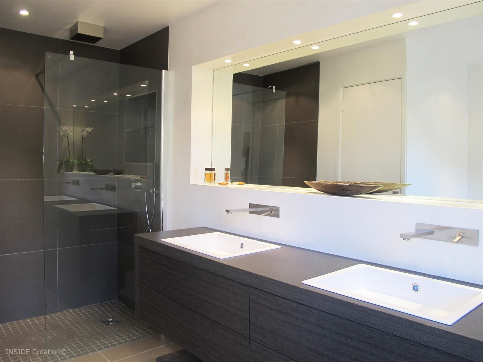 Salle de bain contemporaine, meuble vasque en bois, douche à l ...