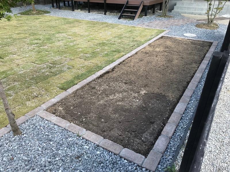 ご家族で楽しむ家庭菜園スペースです 芝生との統一性をとるために