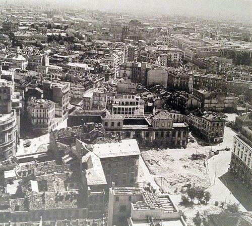 Panorama dopo i bombardamenti dal Duomo verso Piazza Fontana e l'est | da Milàn l'era inscì