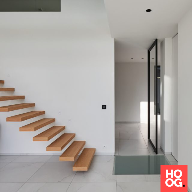 Zwevende trap in hal | hal inrichting | interieur inspiratie | hallway ideas | HOOG.design #halinrichting Zwevende trap in hal | hal inrichting | interieur inspiratie | hallway ideas | HOOG.design #halinrichting