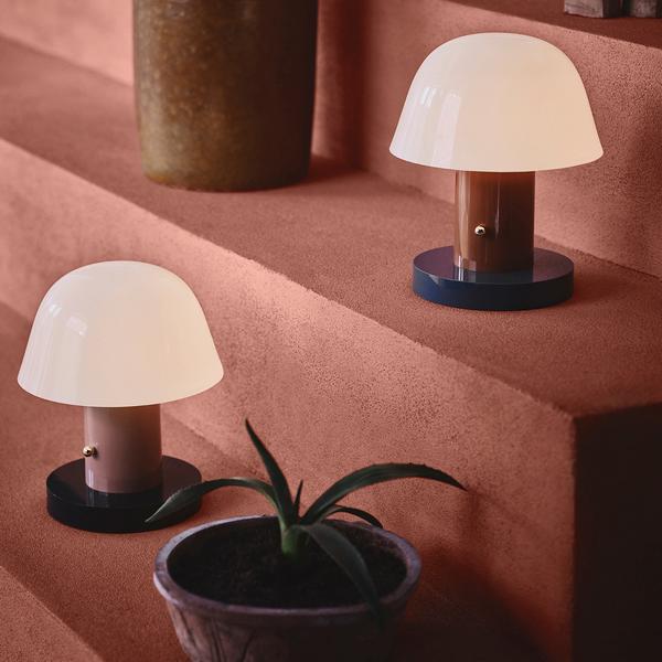 Kleiner Sonnenplatz Ganz Gross 6 Trends Fur Kleine Balkone Rabattcode Von Connox In 2020 Lampentisch Lampe Tischlampen