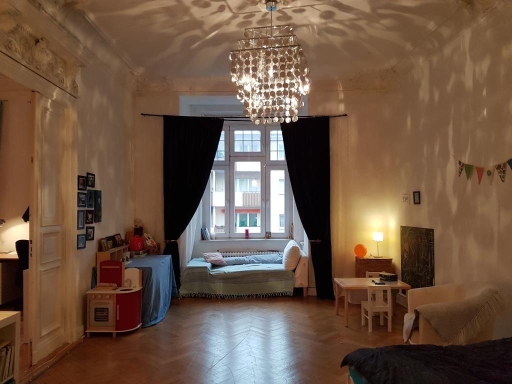 inspiration f r die wg zimmer einrichtung kronleuchter und gem tlicher erker mit kissen und. Black Bedroom Furniture Sets. Home Design Ideas