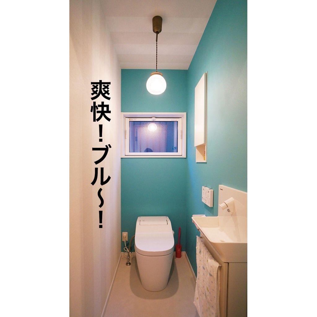 綺麗な水色のクロスで仕上げたトイレ こちらはクロスですが 自然素材の紙クロス オガファーザーに自然塗料を塗るなど 体にも地球にも優しい素材で仕上げるのもあり トイレ