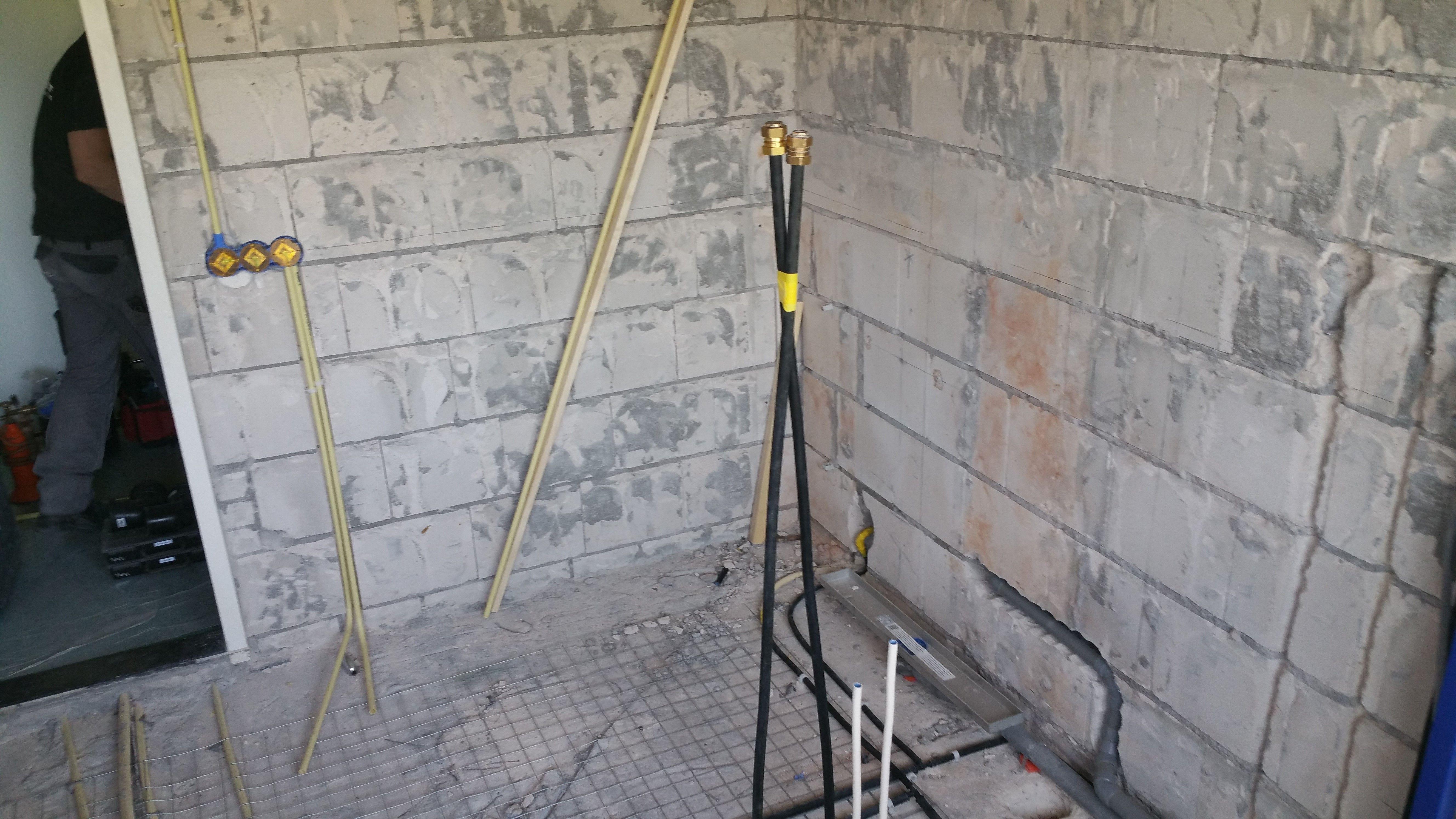 na de sloop van de oude badkamer wordt het leidingwerk