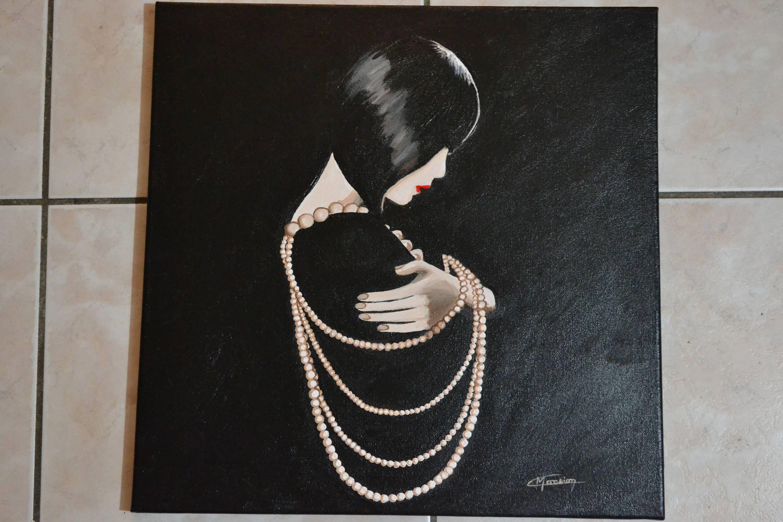 femme joue avec son collier