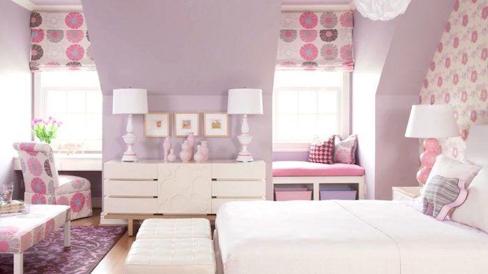 Charmant Lila Wände, Zwei Symmetrische Lampen, Ein Weißes Bett, Zwei Weiße Hocker    Schöne