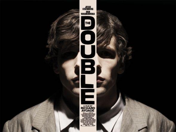 'The double' es el nuevo thriller con tintes cómicos, dirigido y guionizado por Richard Ayoade (el inolvidable coprotagonista de la Serie 'Los informáticos (The IT Crowd)'. Mia Wasikowska, Jesse Eisenberg y Sally Hawkins protagonizan la cinta, que se centra en un hombre que comienza a enloquecer tras la aparición de su doppleganger.