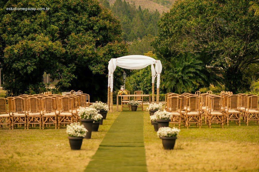 Você mulher que quer fugir da cerimônia tradicional em igrejas, que tal organizar um casamento no sitio? Será uma bela escolha! Clique e Veja 8 Segredos!