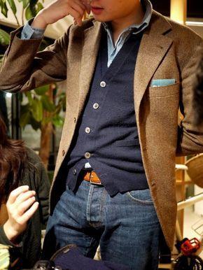 Photo of braunes Wollsakko, dunkelblaue Strickjacke, hellblaues Chambray Langarmhemd, dunkelblaue Jeans für Herren