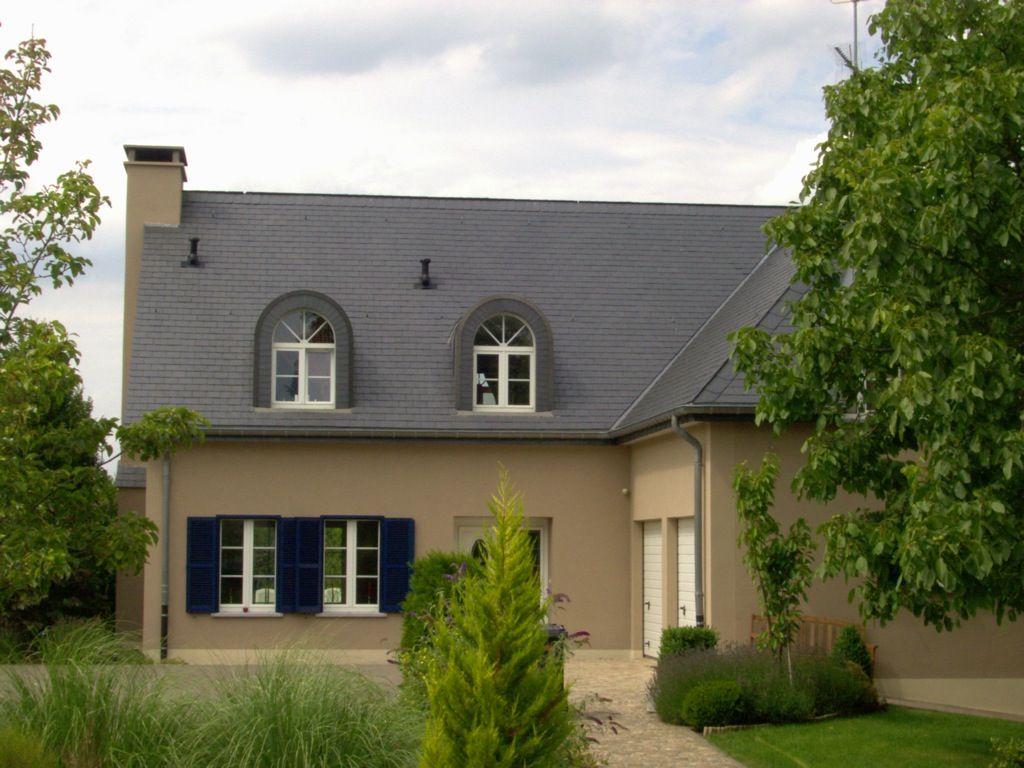 Braune Fassade, dunkelblaue Fensterläden und dunkelgraues Dach ...