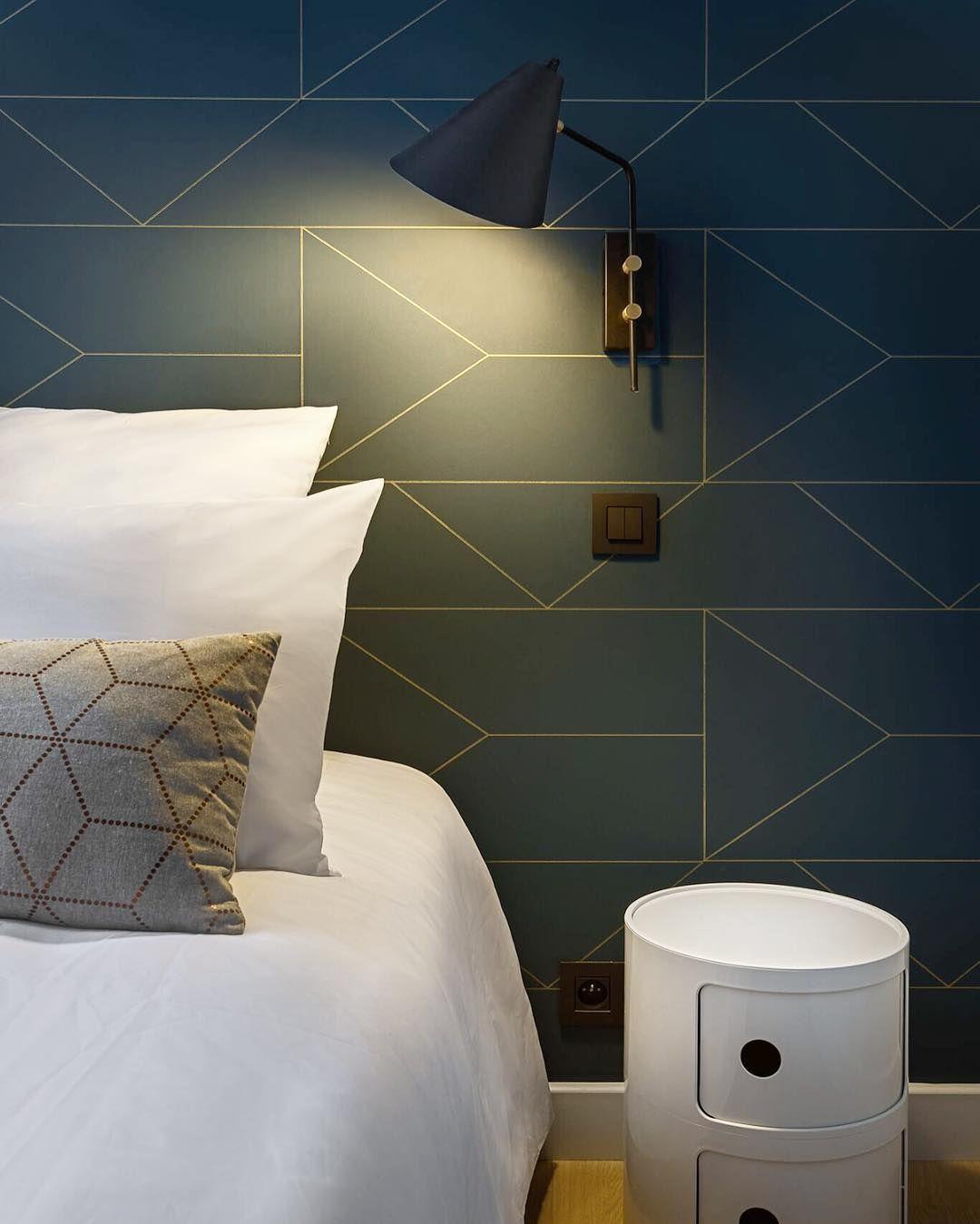 50 Master Bedroom Ideas That Go Beyond The Basics: Lines Dorées Et Fond Bleu Foncé