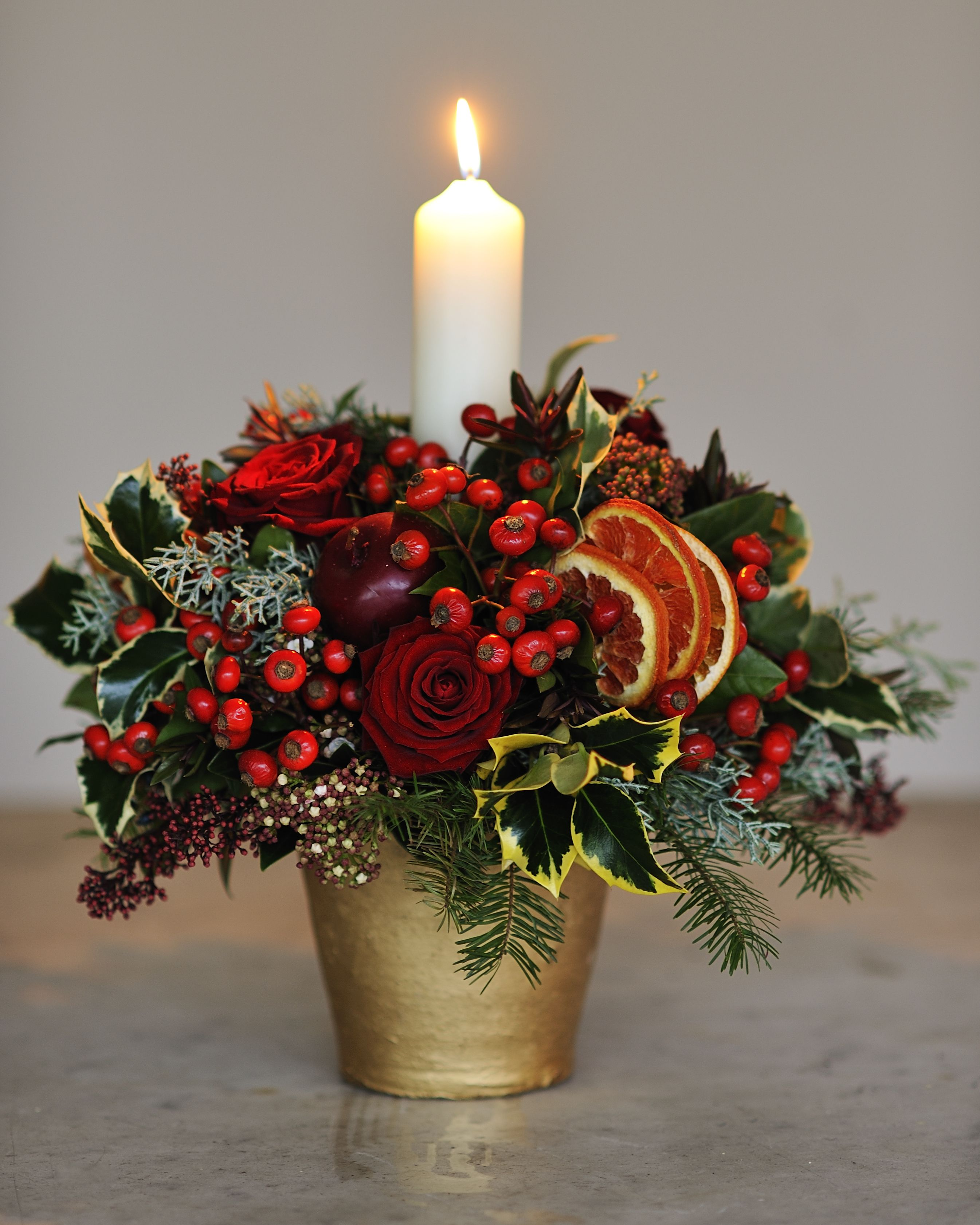 CLASSY CHRISTMAS CENTREPIECE WITH FLOWERS AND BERRIES