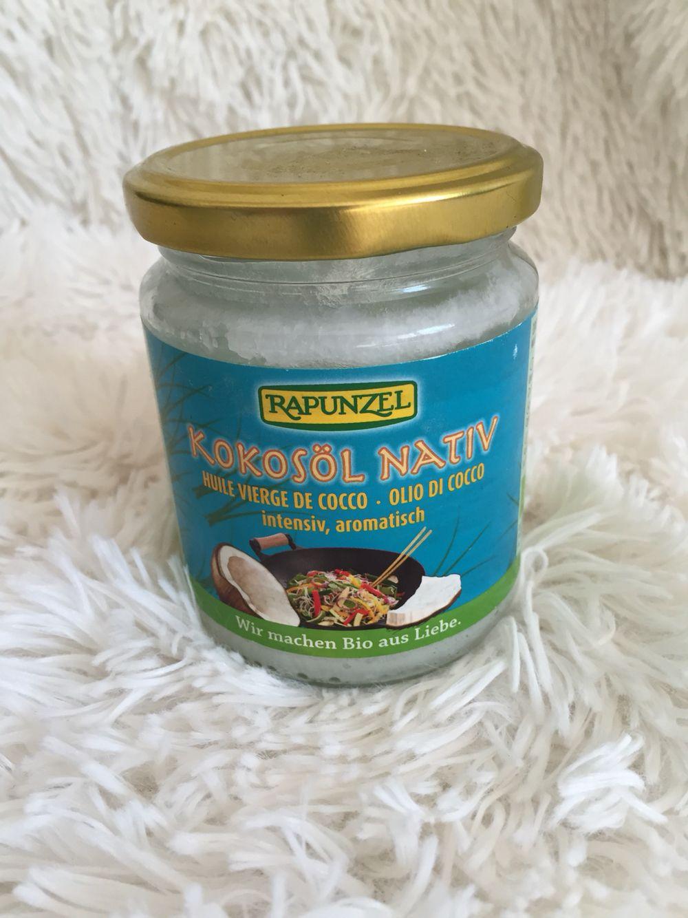 Kokosnussöl ist mit das Beste, was es gibt - zum Essen und zur Pflege! Hier geht's aber erstmal um's Essen. Kokosnussöl ist nämlich super gut zum Kochen und Backen geeignet. Es verbrennt nicht so schnell und verleiht dem Essen eine wunderbare Note, aber keinesfalls deftig. Da es sehr leicht verdauulich ist liegt es auch nicht so schwer im Magen wie normales Öl, was wir zum Kochen nutzen. Zudem wirkt es im Körper antibakteriell und hält den Stoffwechsel aktiv. Ist also extrem gesund.