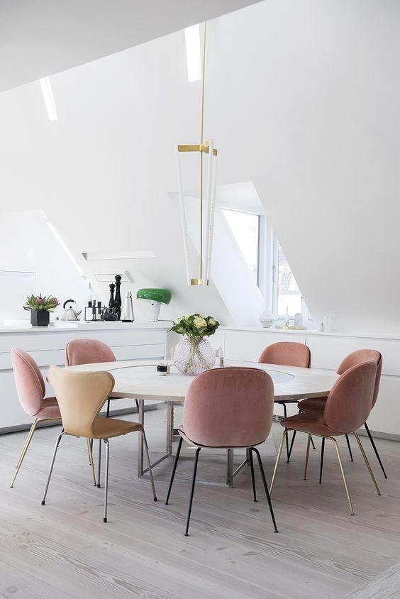 Ambiance poudrée dans la salle à manger entre blanc et rose Salle