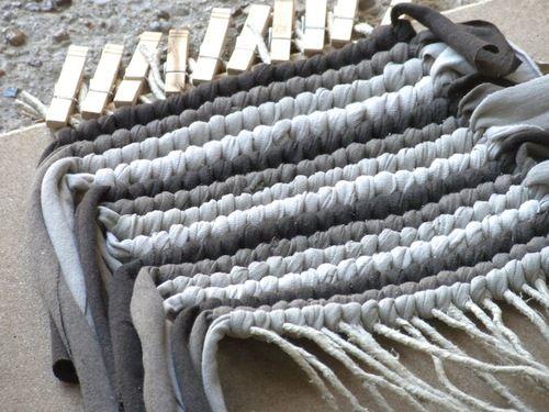 Telar casero para alfombra 6 art attack pinterest telares navegando por la interns encontr este do it yourself de material reciclado los que ms me gustan esta vez se trata de una bajada de solutioingenieria Images