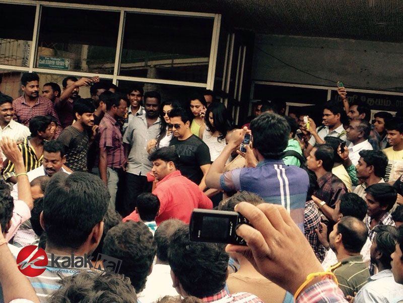 #Arjun and #AishwaryaArjun at Udhayam Theatre to celebrate #Jaihind 2 With Fans  More Stills @ http://kalakkalcinema.com/arjun-fans-celebrate-jaihind-2-udhayam-theatre/